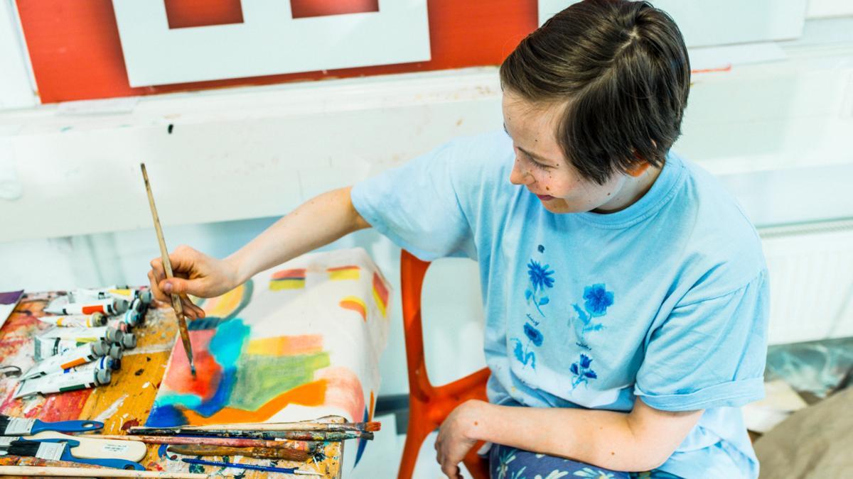 Opiskelija maalaa öljyväreillä. Kuva: Veikko Kähkönen / Taideyliopisto