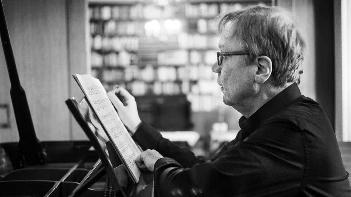 Pianist Eero Heinonen reading sheet music. Photo: Kaapo Kamu.