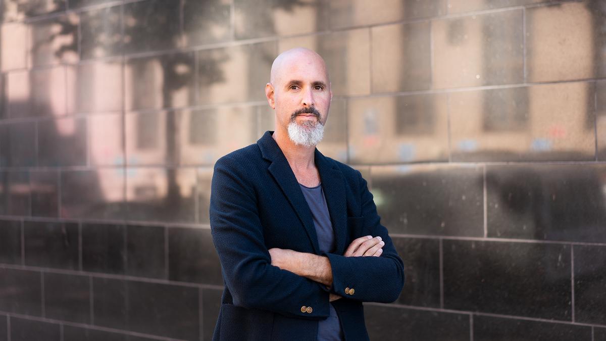 Kuvataideakatemian tila-aikataiteiden professori Daniel Peltz.
