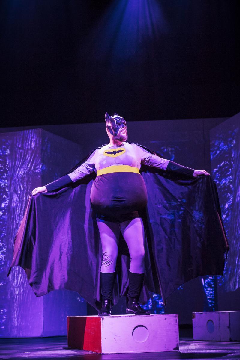 Batman-pukuinen mies oopperan lavalla