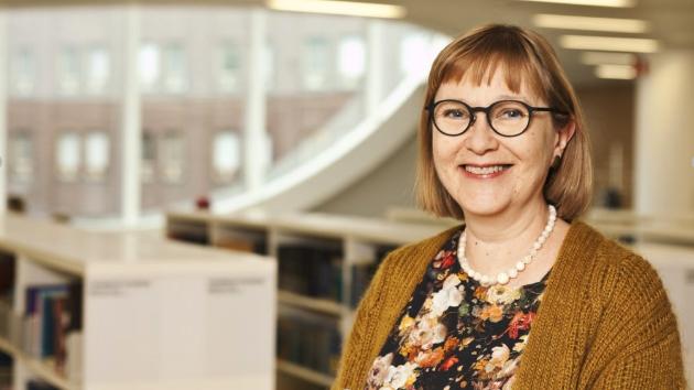 Anne Kauppala hymyilee kameralle vaakakuvassa