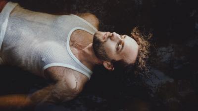Paul Uotila makaa vedessä selällään valkoinen toppi päällä.