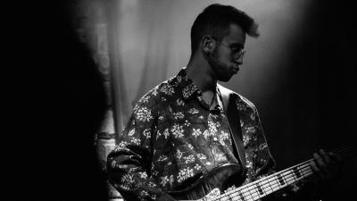 Eero Maijala lavalla soittamassa kitaraa.