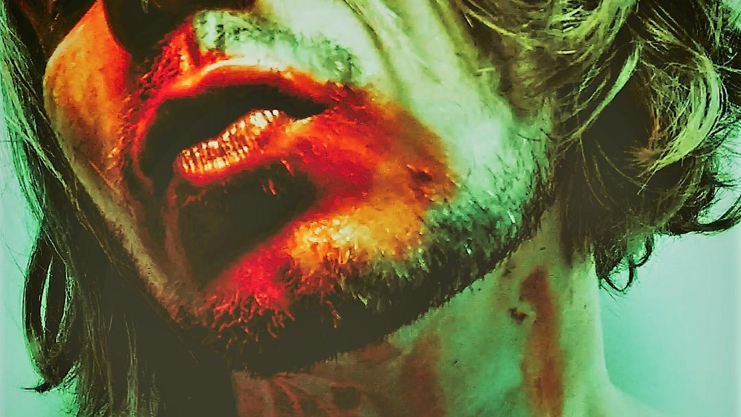 henkilön kasvoista näkyy kuvassa alaosa ja kaulaa. Kasvoissa punaista väriä.