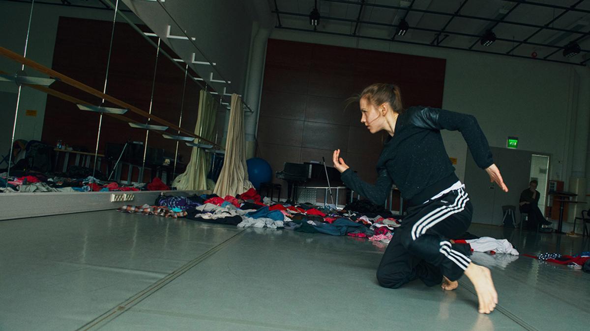 Tanssin opiskelija harjoitussalissa