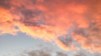 Kuva otettu auringonlaskun aikaan. Kuvassa näkyy vähän sinistä taivasta ja punaisia pilviä.