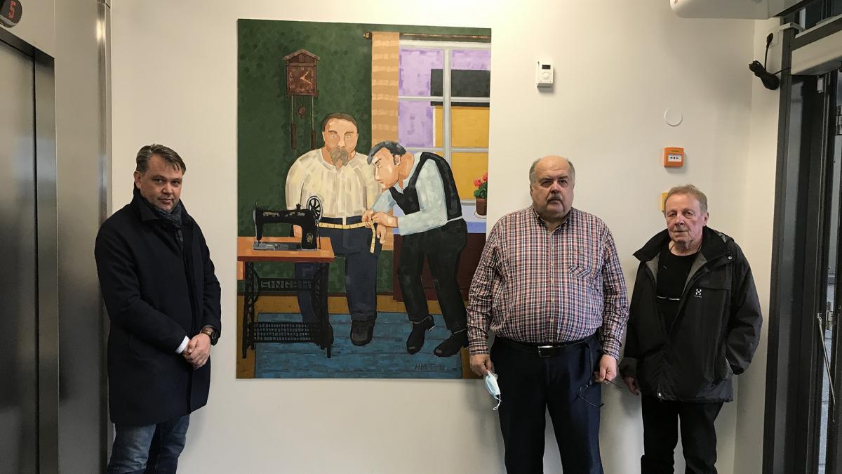 Taideteoksen tilaajat ja taiteilija seisovat juuri paljastetun taideteoksen äärellä.