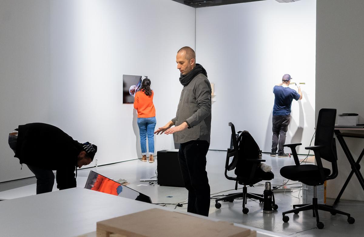 Taidenäyttelyn ripustustilanne galleriassa