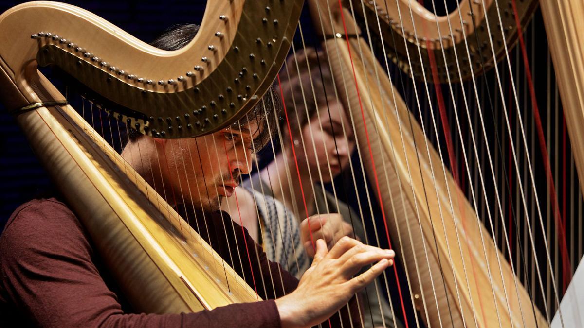 Emmanuel Ceysson soittaa harppua oppilaiden kanssa.