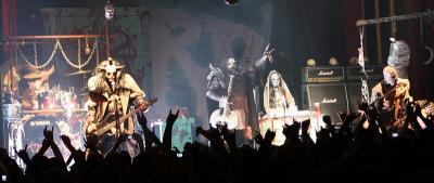 Lordi bändeineen lavalla Barcelonassa.