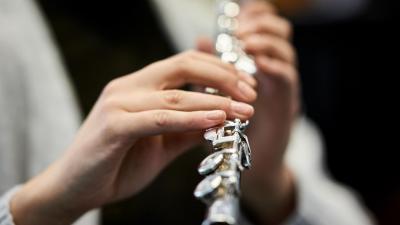 Kädet soittamassa huilua
