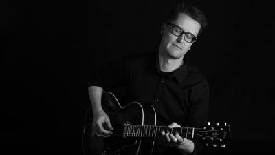 Teemu Viinikainen soittaa kitaraa