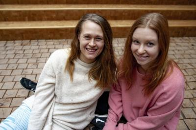 Kuvassa tansijataiteen opiskelijat Johanna Karlberg ja Sanni Kriikku yliopiston tiloissa.