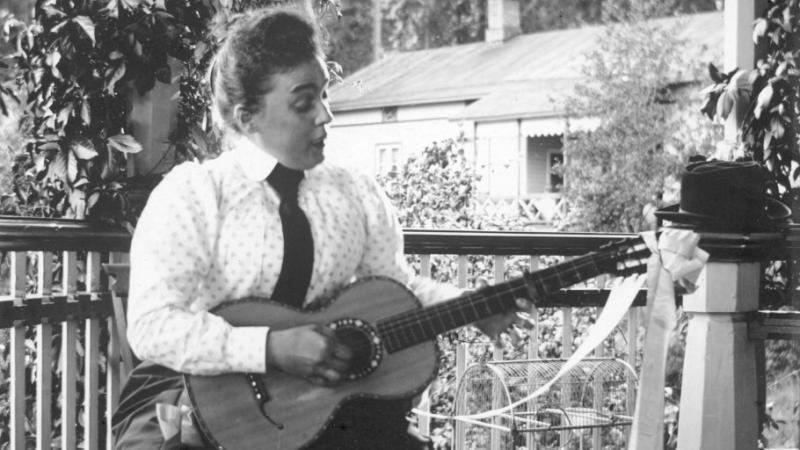 Kuva: Kitaraa soittava nainen (n. 1900, Helsingin kaupunginmuseo)