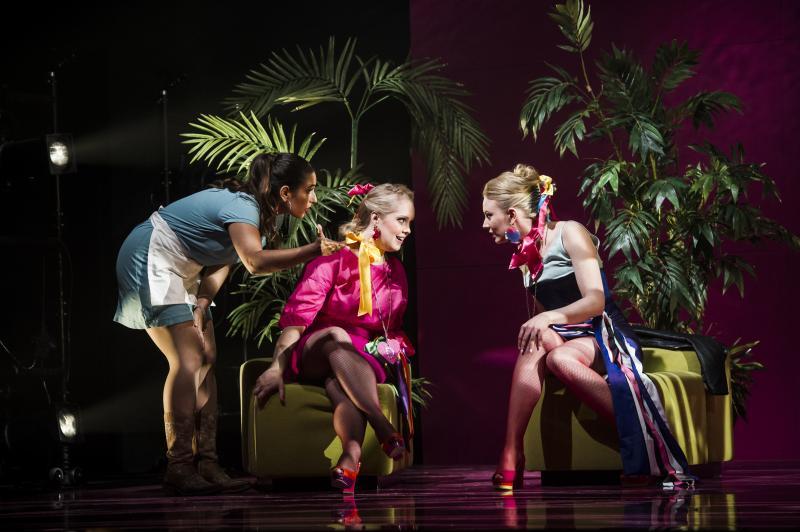 Kolme naista keskustelemassa. Kuva Cosí fan tutte -oopperasta.