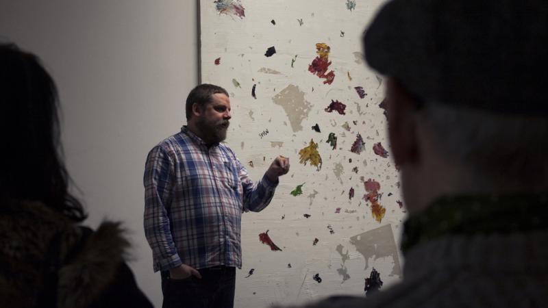 magnus quaife maalauksen edessä
