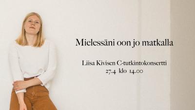 Liisa KIvinen seisoo kohti kameraa valkoiseen seinään nojaten. Konsertin nimi, päivämäärä ja aika on kirjoitettu kuvaan Liisan viereen valkoiselle seinälle.