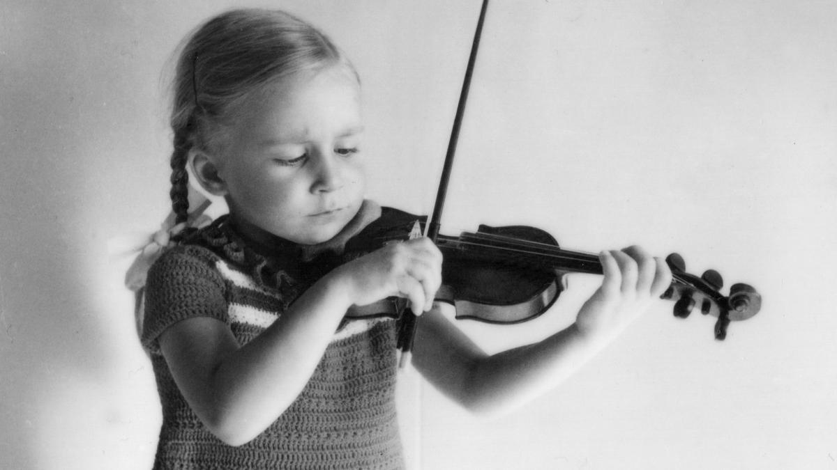 Lehtori Päivyt Meller soittaa viulua lapsena