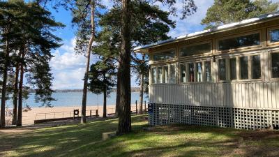Forskningspaviljongen ligger i Sandudd i Helsingfors.