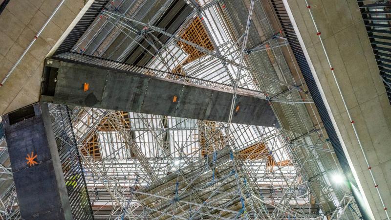 Taideyliopiston uudisrakennuksen keskusaukion portaat alhaalta päin.