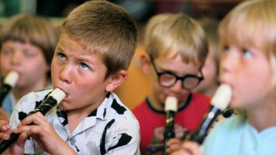 Lapset soittavat nokkahuiluja.