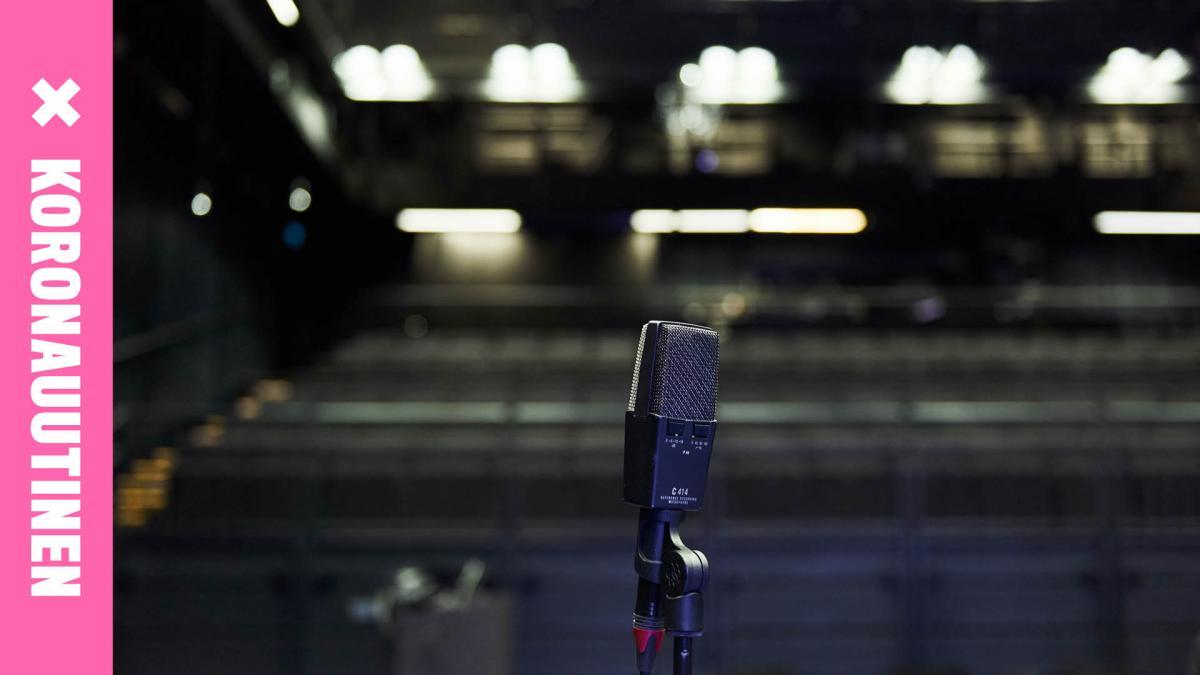 mikrofoni ja konserttisali taustalla
