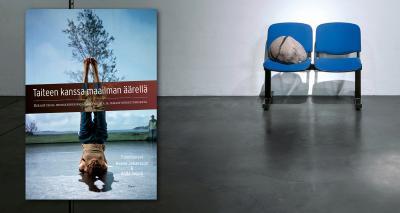Kuva kirjasta Taiteen kanssa maailman äärellä. Oikealla kaksi sinistä tuolia, joista toisen päällä kivi.