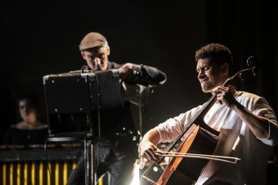 Kaksi muusikkoa lavalla