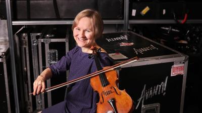 Lotta Wennäkoski viulun kanssa