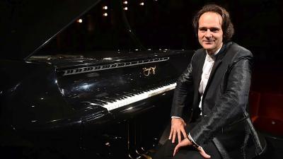 Bogányi pianon ääressä.