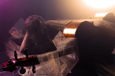 Etualalla kitara jonka takana Sirja Nironen makaa kyljellään ja nojaa kyynärpäähänsä