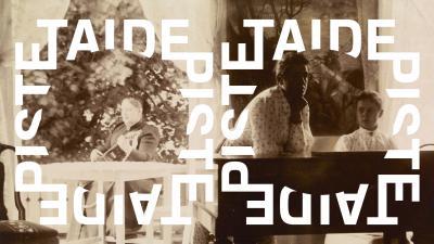 Historiallisessa valokuvassa kaksi naista pianon ääressä ja kolmas soittaa kitaraa