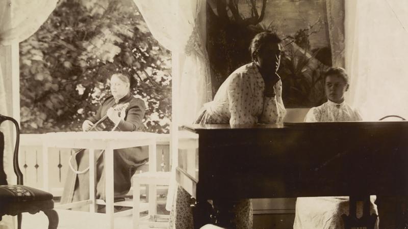 Alexandra Edelfelt tyttäriensä Annien ja Bertan kanssa. Kuva: Museovirasto