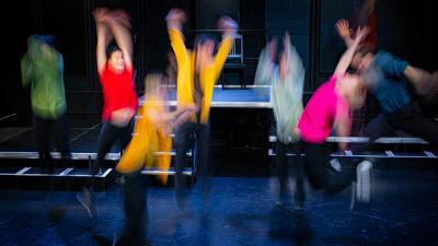 Kuvassa hyppääviä ihmisiä, pitkä valotus