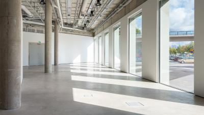 Valoisa näyttelytila ja ikkunoiden rivistö.