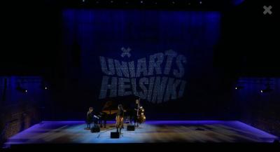 kolme esiintyjää lavalla