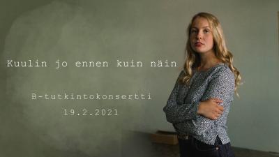 Linnea Nieminen seisoo luonnonvihreän seinän edessä kädet puuskassa ja katsoo kameraan. Hänellä on neutraali ilme kasvoillaan. Kuvassa Linnean vasemmalla puolella on tekstiä. Teksti on editoitu kuvaan seinän päälle.