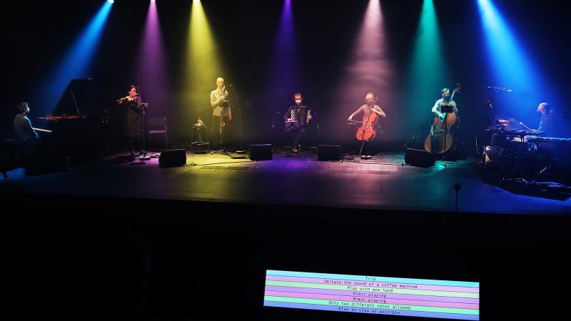 Yhtye esiintyy värivalojen loisteessa