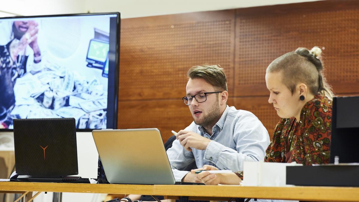 Kaksi opiskelijaa tietokoneen ääressä. Kuva: Veikko Kähkönen