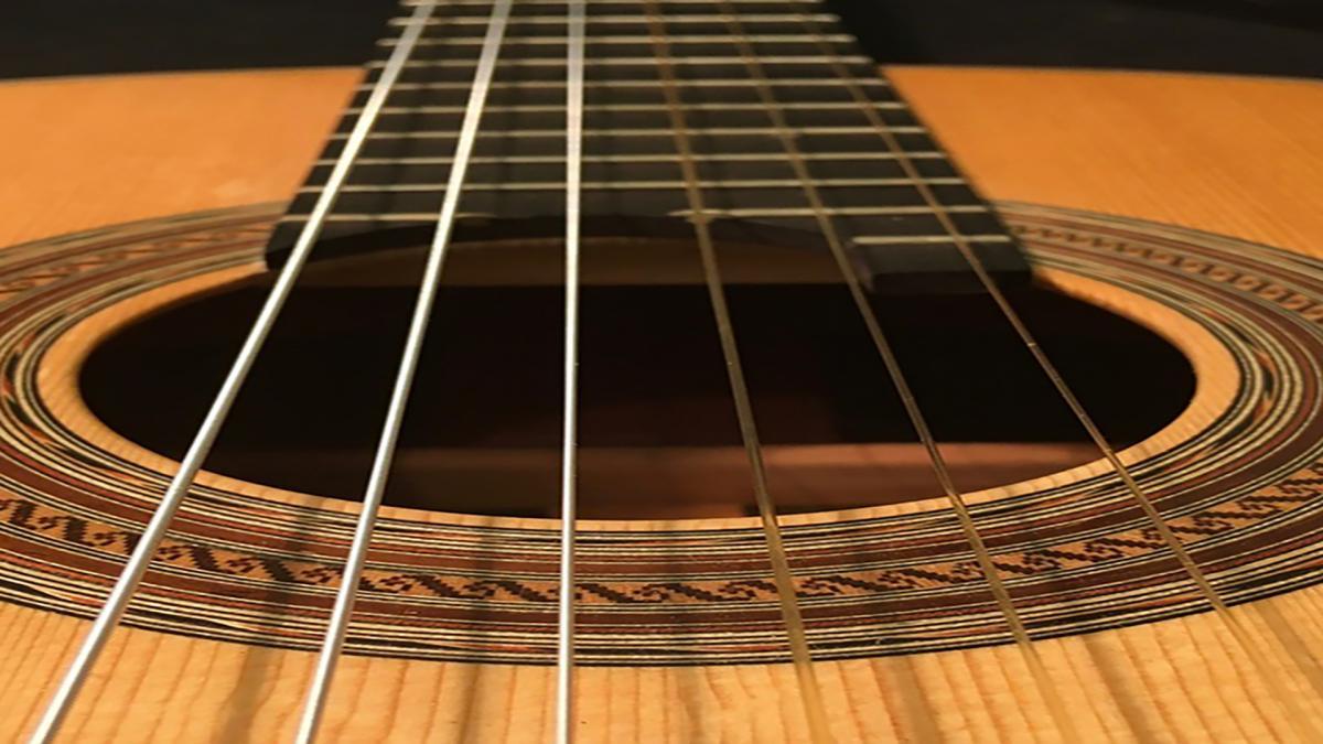 Lähikuva kitaran kielistä