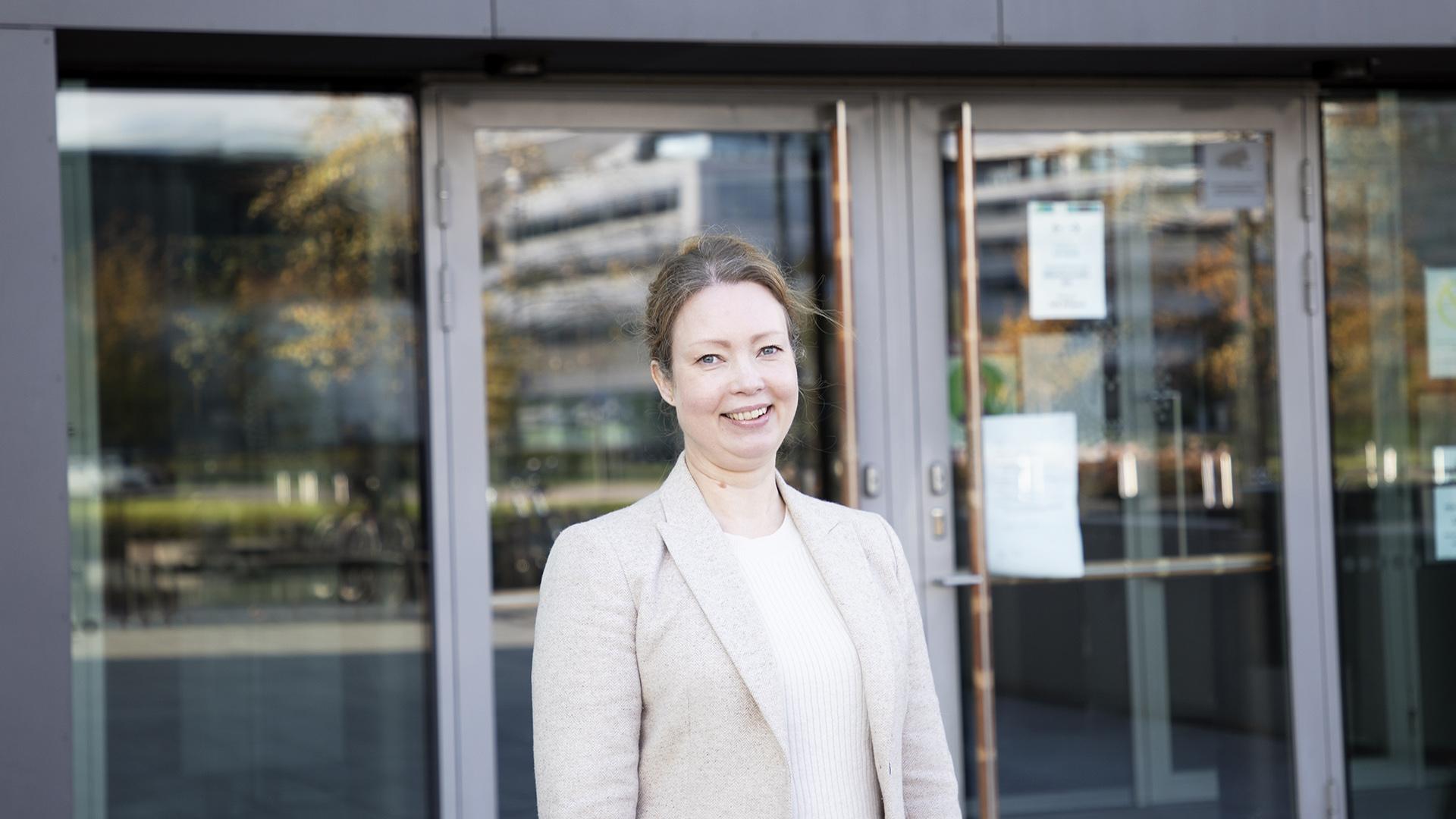 Tanja Johansson seisoo Sibelius-Akatemian pääsisäänkäynnillä Musiikkitalon ulkopuolella.