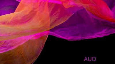 Kuvassa ohut pinkin ja violetinsävyinen huivi mustaa taustaa vasten