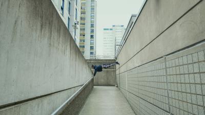 Opiskelija tasapainottelee seinän ja muurin välissä. Kuva: Veikko Kähkönen