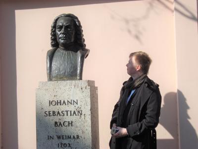 Taideyliopiston kirjastonjohtaja Tommi Harju ja Bachin rintakuvapatsas.