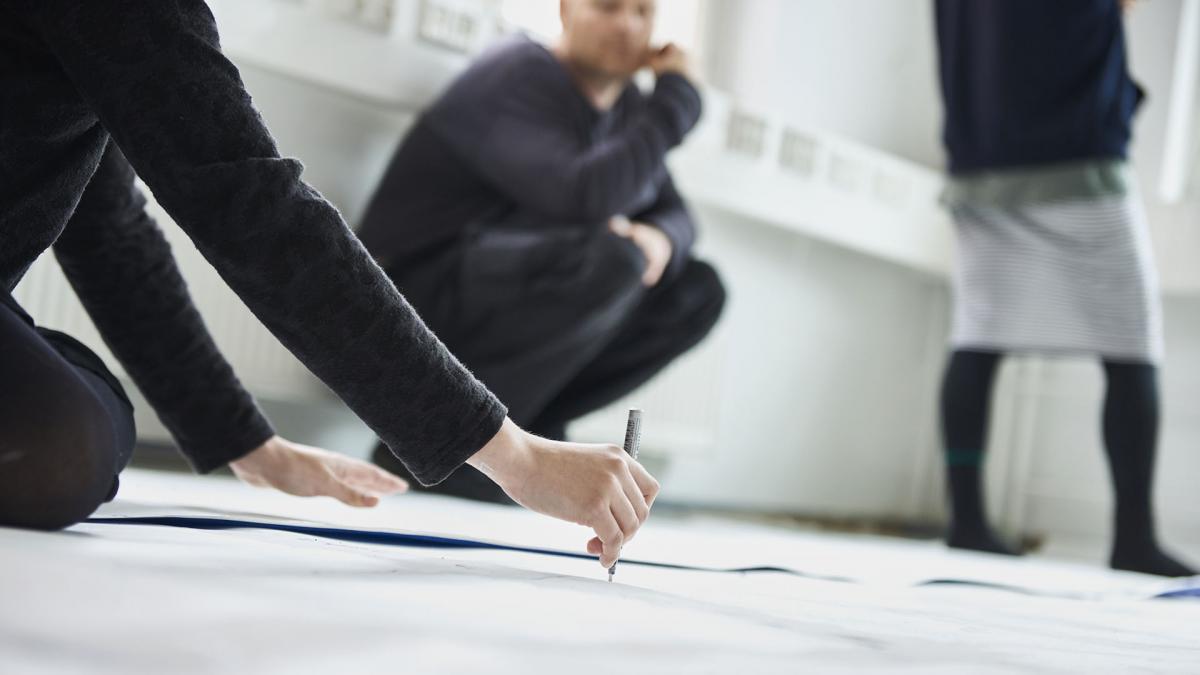 Opiskelijoita kuvataideluokassa. Kuva: Taideyliopisto / Veikko Kähkönen